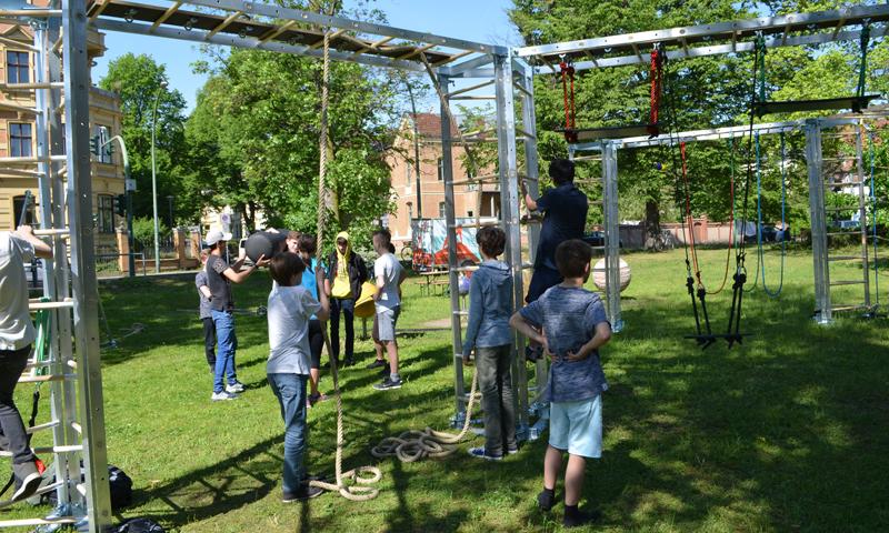 Kinder beim Teamtraining mit Fitnessleitern