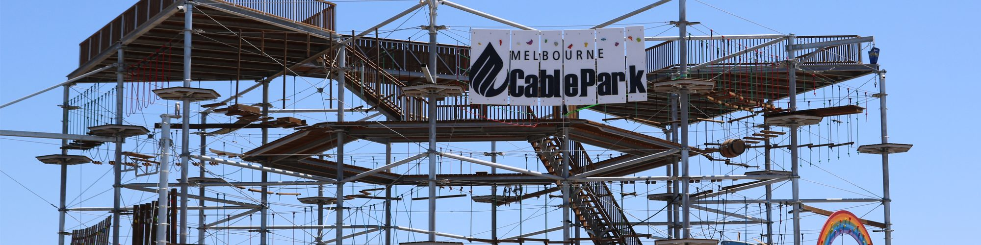 Kletterplatten mit Namen und Logo des Cable Park